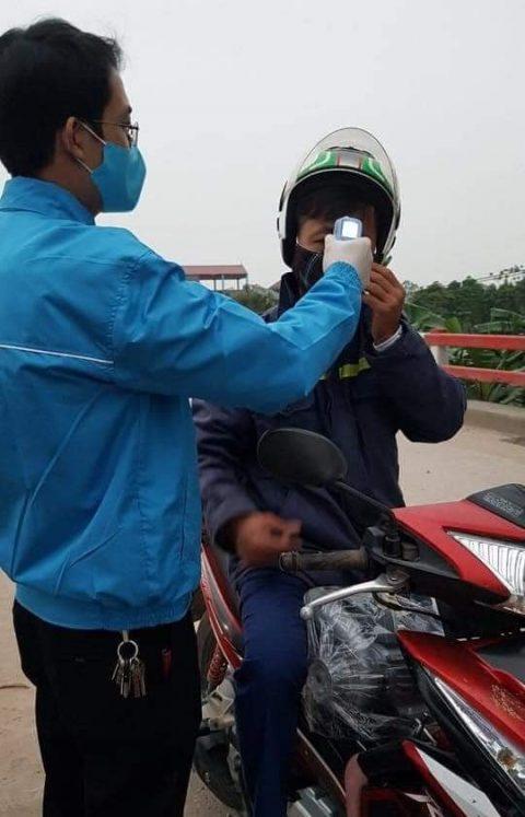 路上での体温検査1