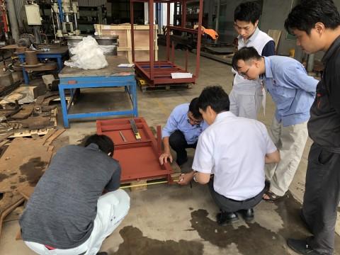 ベトナム工場における製品の確認と打合せ